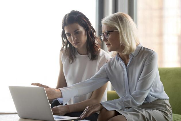 mulher recebendo feedback da sua chefe