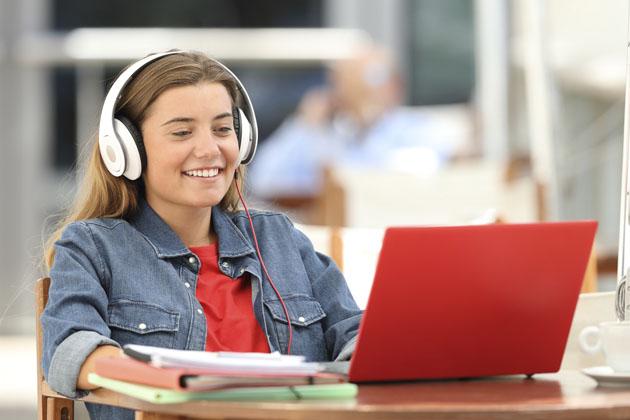menina se divertindo vendo séries para treinar espanhol