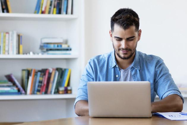 homem estudando espanhol em casa
